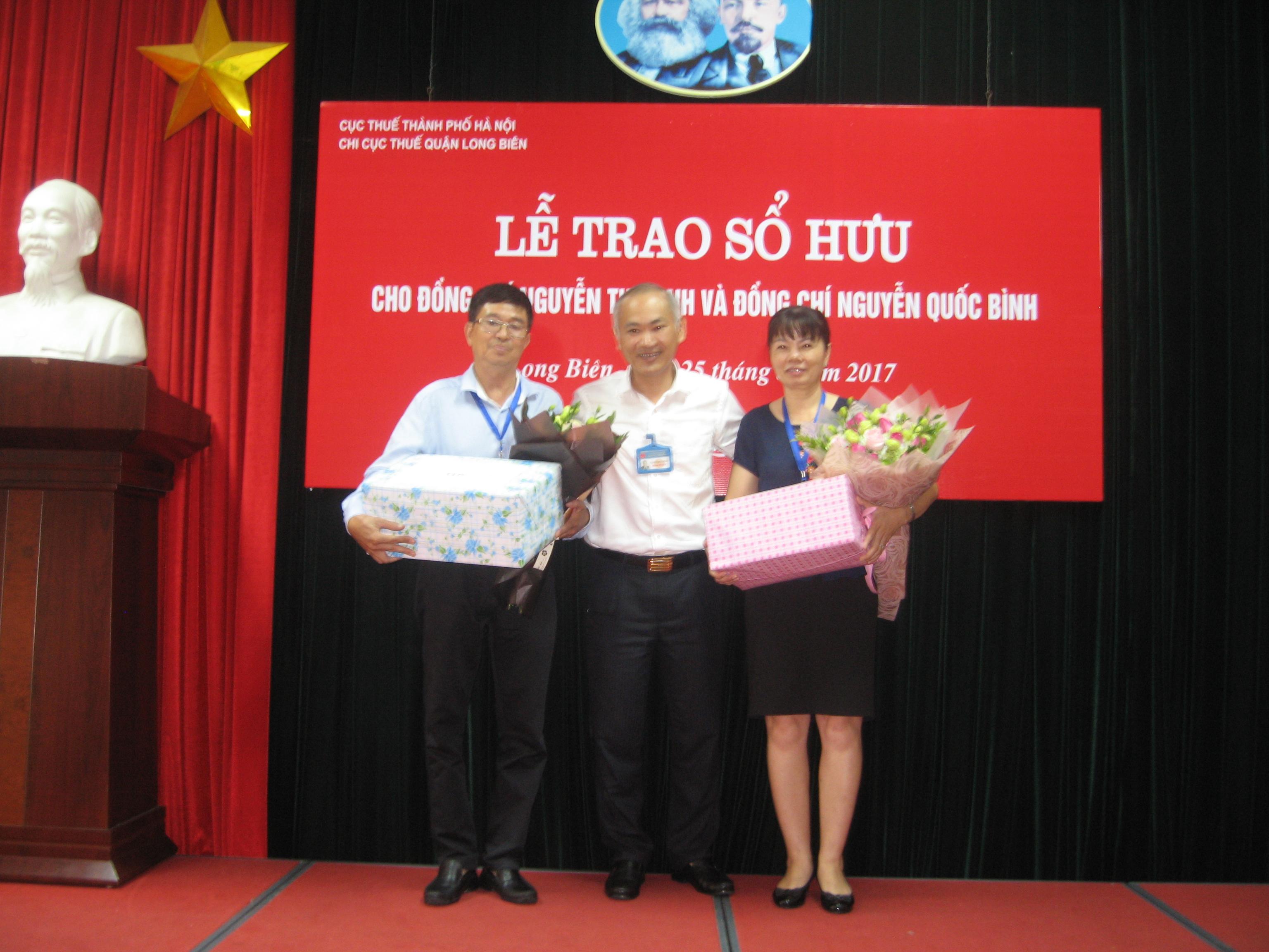 đc CCT lên trao sổ hưu cho đc Nguyễn Thị Dinh và đc Nguyễn Quốc Bình.JPG