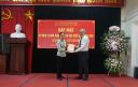 dc Nguyen Huu Hung trao qua cho cac dong chi da nghi huu.png -